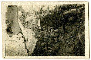 Poilus soldats dans une tranchée