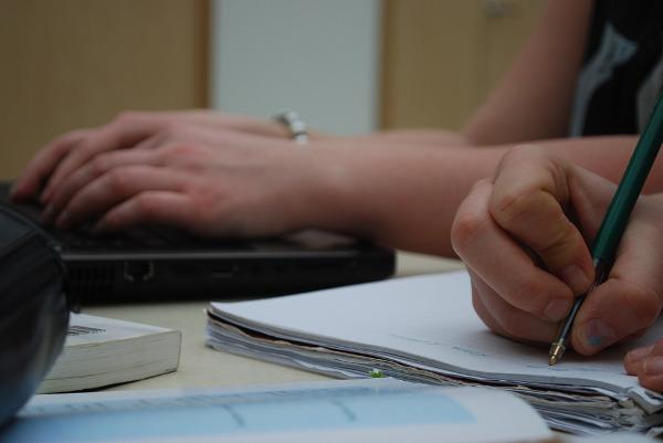 écrire biographie main ordinateur clavier
