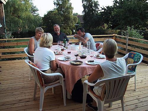 échanger entre proches autour d'une table